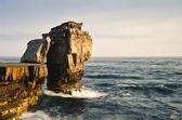 Superbe géologiques falaise rocheuse avec des vagues qui s'écrasent — Photo