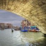 basso vista attraverso il ponte di rialto, lungo il canal grande, Venezia Italia — Foto Stock