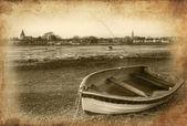 Stará veslice v krajině přístavu odlivu při západu slunce s gru — Stock fotografie