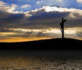 Gesù cristo crocifissione sulla silhouette del venerdì santo si riflette in — Foto Stock