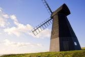 Viejo paisaje de molino de viento de madera delantal contra el cielo azul intenso con — Foto de Stock