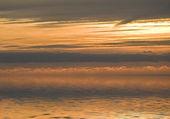 Dorado atardecer reflejado en aguas tranquilas — Foto de Stock