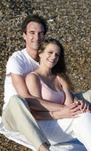 夏の太陽ビーチで若い魅力的なカップル — ストック写真