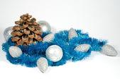 Julgranskulor och kottar — Stockfoto