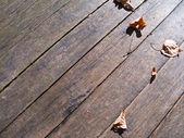 Autumn listowie na drewniane deski podłogowe. — Zdjęcie stockowe