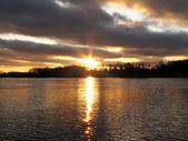 湖に沈む夕日 — ストック写真