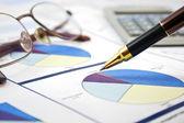 Betriebswirtschaftlicher hintergrund, finanzielle datenkonzept mit stift und gläser — Stockfoto