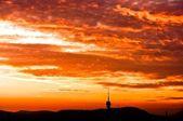 Silhuetas de montanhas e céu com cliuds — Foto Stock