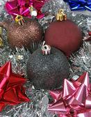 рождественские подарки с рождественские шары — Стоковое фото
