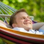 jeune homme, dormir dans un hamac — Photo