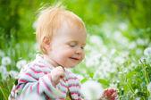 Portrét roztomilé děťátko v trávě — Stock fotografie