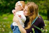 Giovane madre con bambino piccolo — Foto Stock