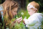 Mladá matka s malým dítětem — Stock fotografie