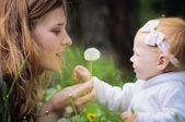 Joven madre con bebé — Foto de Stock