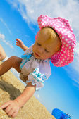 Baby playing on the beach — Стоковое фото