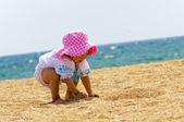 Bebek plajda oynarken — Stok fotoğraf