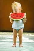 Lactente com um melão — Foto Stock