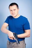 Zuversichtlich mann mit pistole — Stockfoto
