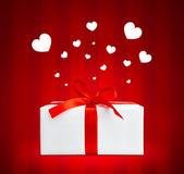 Pudełko z czerwoną wstążką. — Zdjęcie stockowe