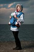 Ritratto di stile di vita della giovane madre e bambino — Foto Stock