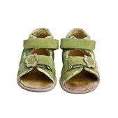 Yeşil çocuk sandalet üzerine beyaz izole kullanılan — Stok fotoğraf