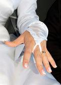 Ruce nevěsty s snubní prsten — Stock fotografie
