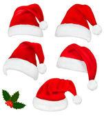 Verzameling rood santa hoeden met en kerstmis holly. vector. — Stockvector