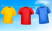 Satz von farbigen t-shirts hängt an einer wäscheleine an einem sonnigen tag. vektor-krank — Stockvektor
