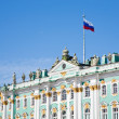 Russian state flag on Winter Palace, St.Petersburg, Russia — Stock Photo