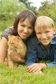 Ragazzo con gatto e mamma — Foto Stock