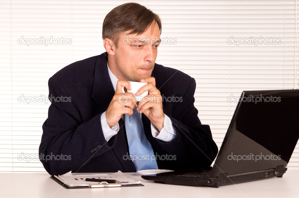 Portrait of a nice man with computer — Stock Photo #6821711