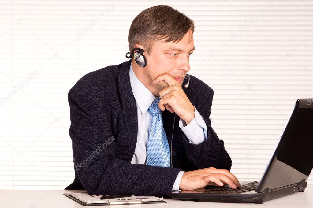 Portrait of a nice man with computer — Stock Photo #6821793