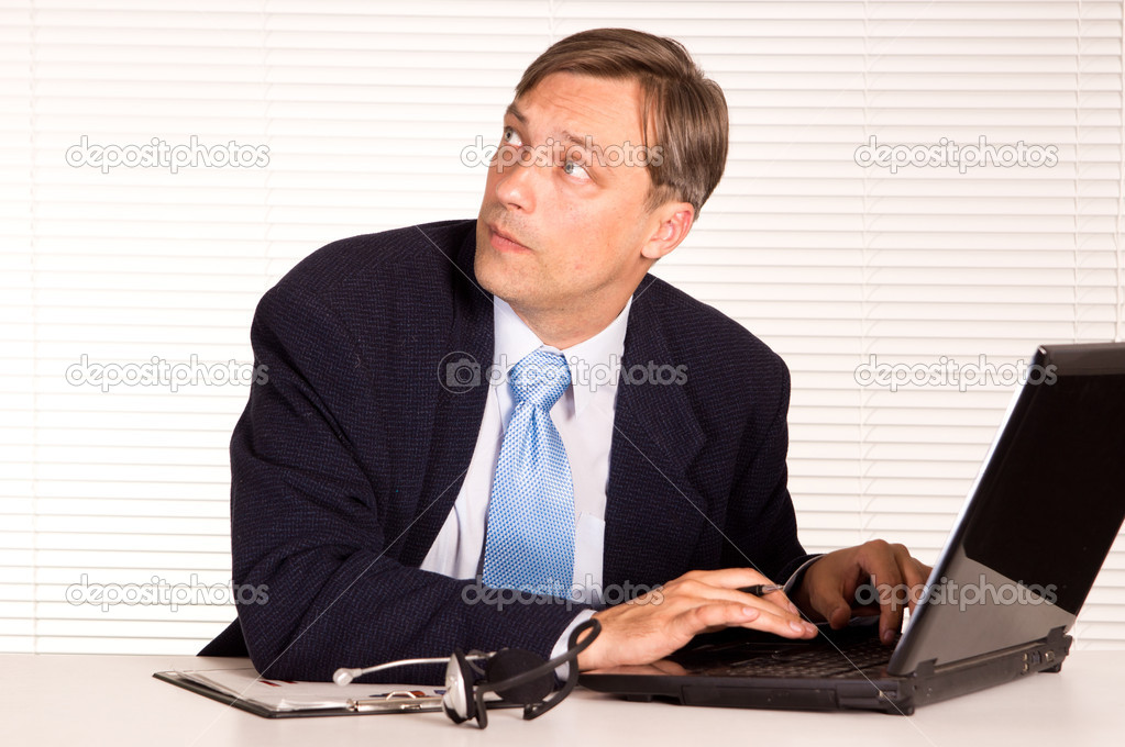 Portrait of a nice man with computer — Stock Photo #6822049