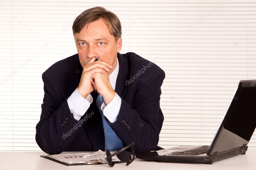 Portrait of a nice man with computer — Stock Photo #6822070