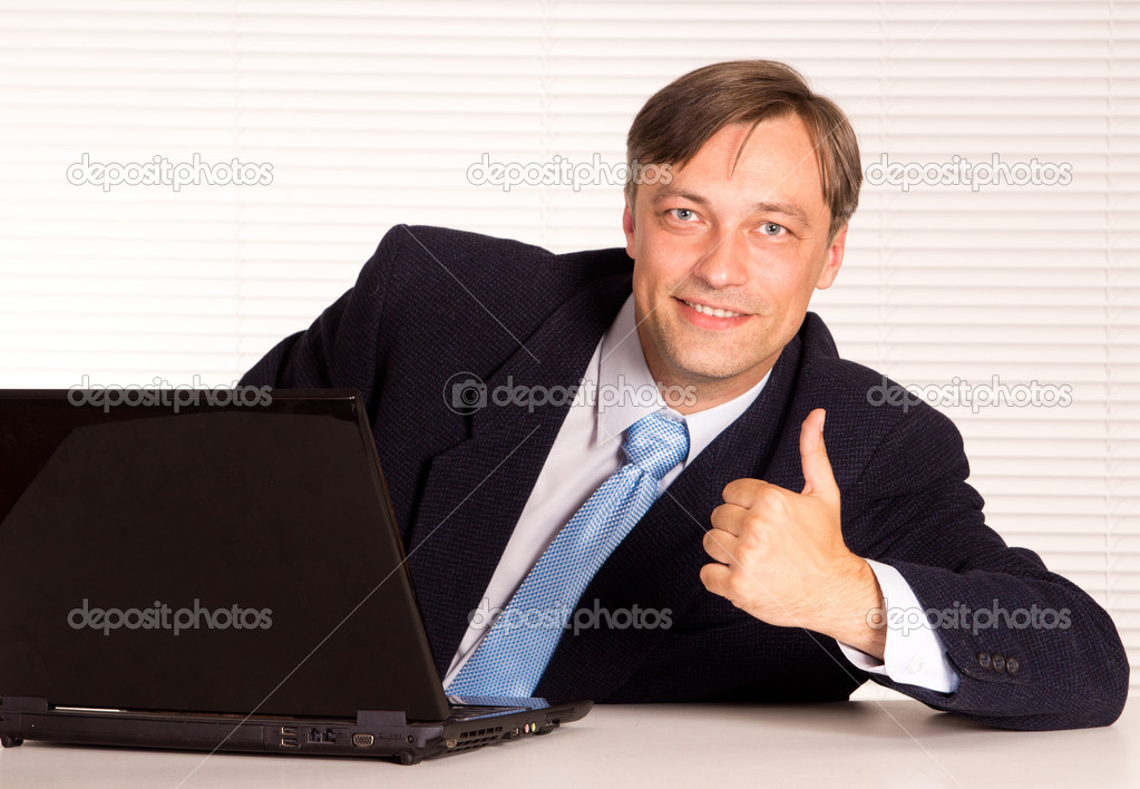 Portrait of a nice man with computer — Stock Photo #6822256