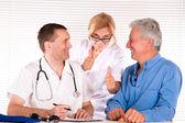 Beyaz üzerine üç doktor — Stok fotoğraf