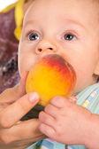 桃と赤ちゃん — ストック写真