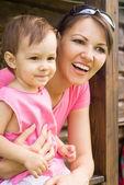 Anne ve kızı açık havada — Stok fotoğraf