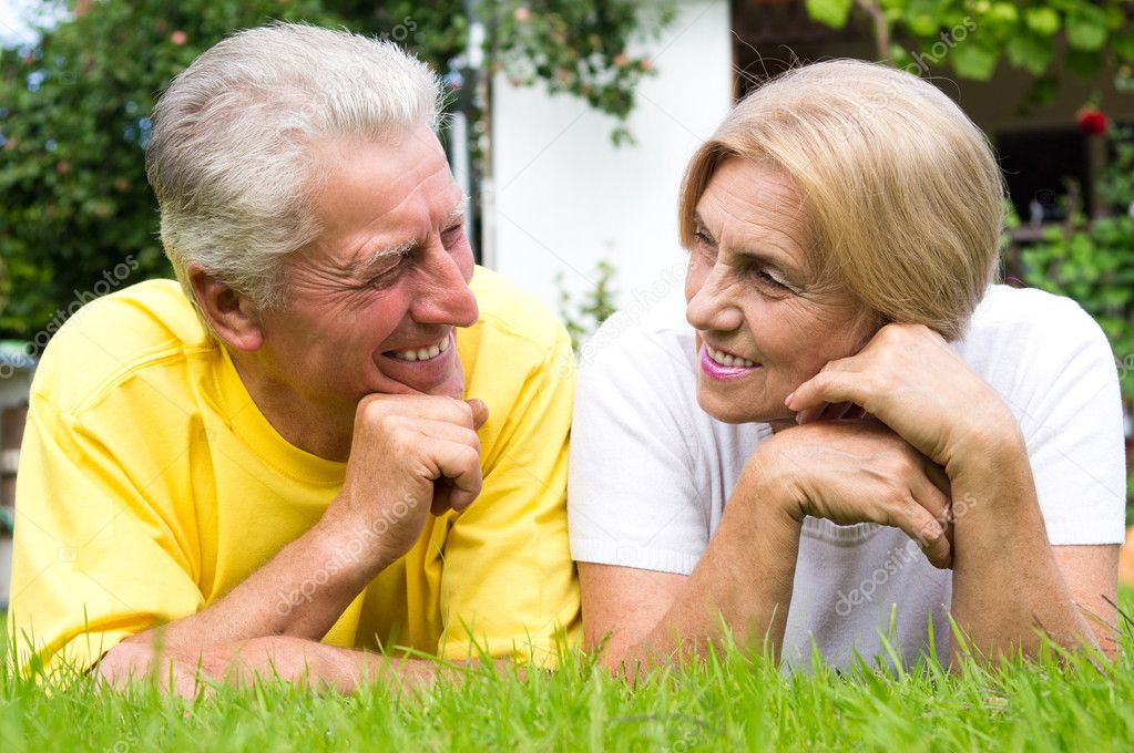 Portrait of a cute old couple at nature — Stock Photo #6940938