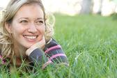 Linda mujer sobre hierba — Foto de Stock