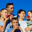 Family apples eating — Stock fotografie