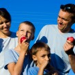 Family with apples — Stockfoto