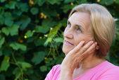 старая женщина в парке — Стоковое фото