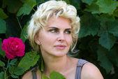 Donna e fiori — Foto Stock