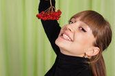 Kız ve rowanberries — Stok fotoğraf