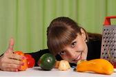 Miła dziewczyna z warzywami — Zdjęcie stockowe