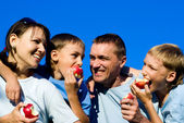Family eating apples — Foto de Stock