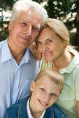 Niño y abuelos — Foto de Stock