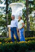 Pareja de ancianos en el parque — Foto de Stock