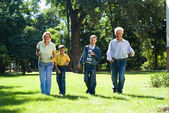Familie in het park — Stockfoto